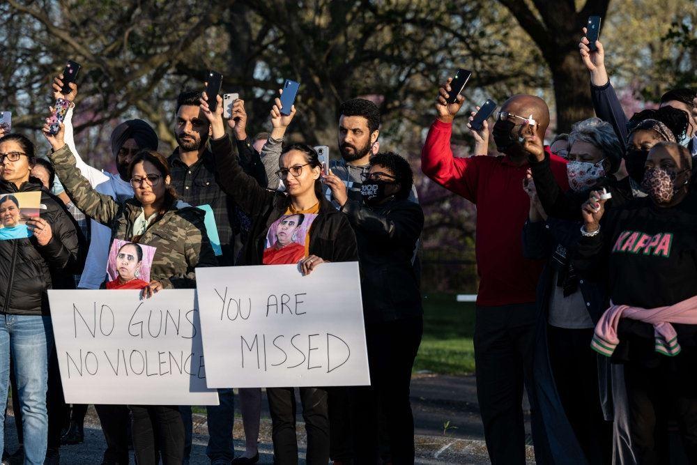 folk står på gaden med skilte