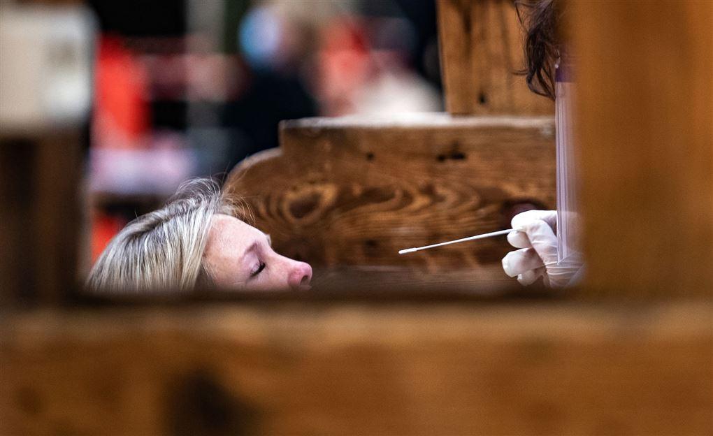 kvinde får foretaget en covid-19-test
