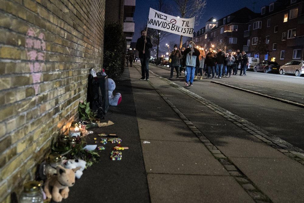 Stedet, hvor den lille pige mistede livet. Der er lagt blomster på fortovet.