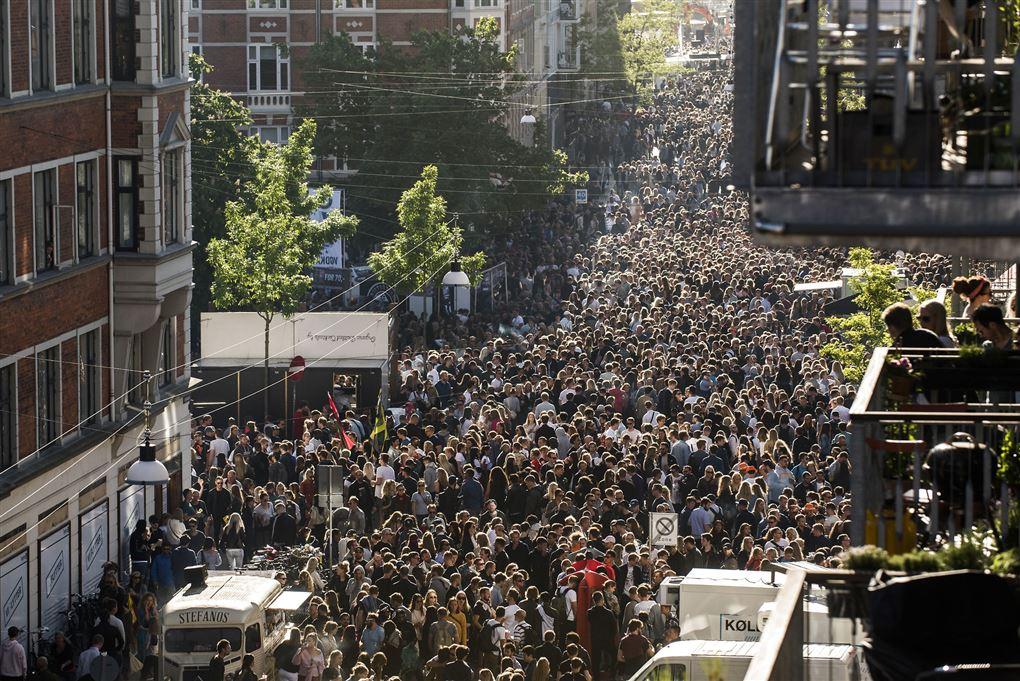 folk stimler sammen til festival på gade på vesterbro i københavn