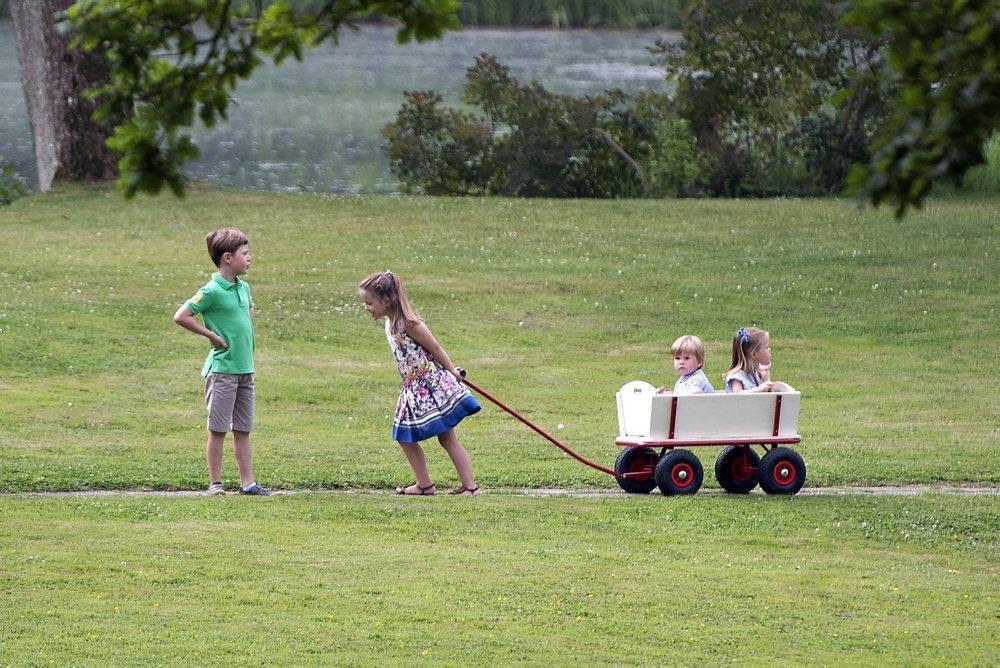 kronprinsparrets fire børn leger udenfor