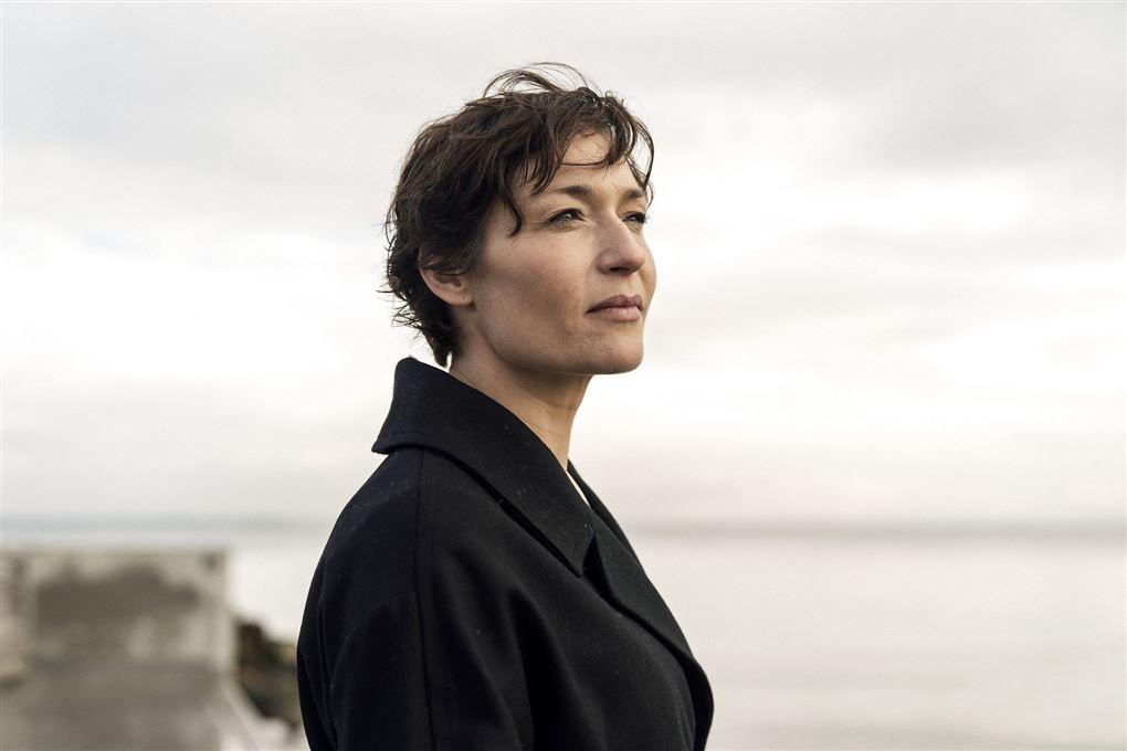 Mia Wagner står og kigger ved kysten i Vedbæk