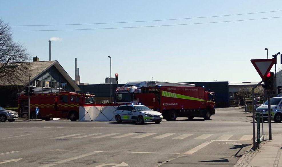 poltibiler og redningsmandskab arbejder vejkryds efter trafikulykke