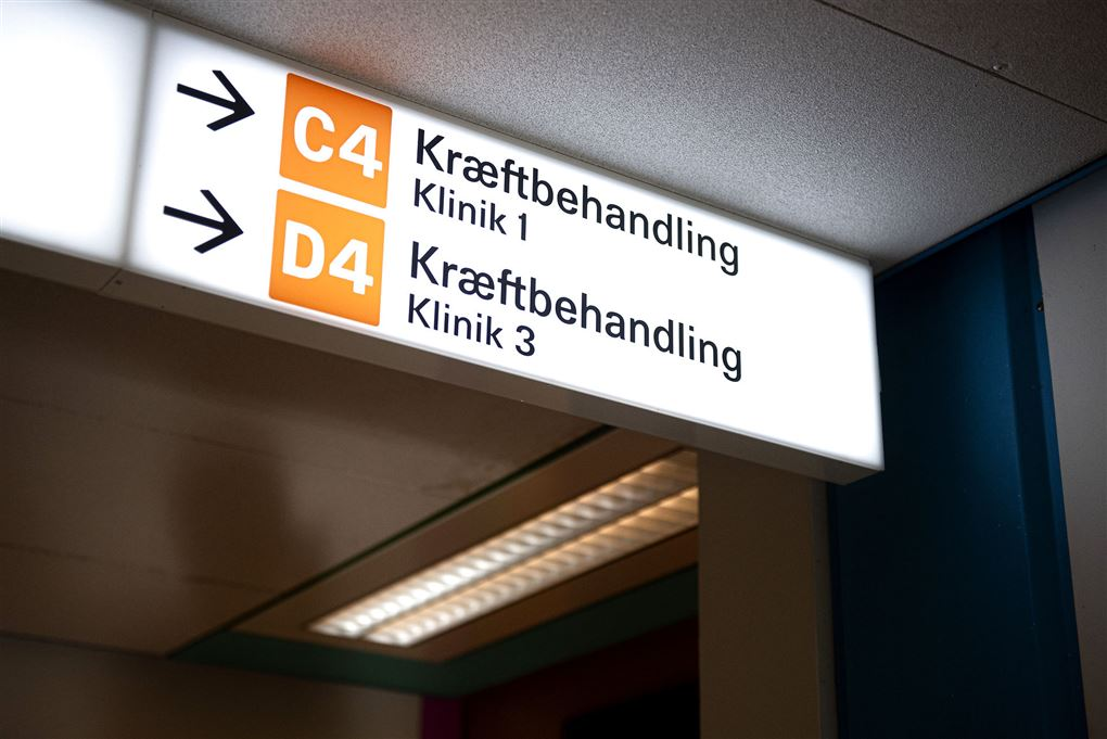 Skilt med retning til kræftbehandling på hospital