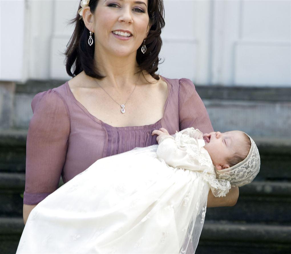 kronprinsesse Mary står med baby i armen