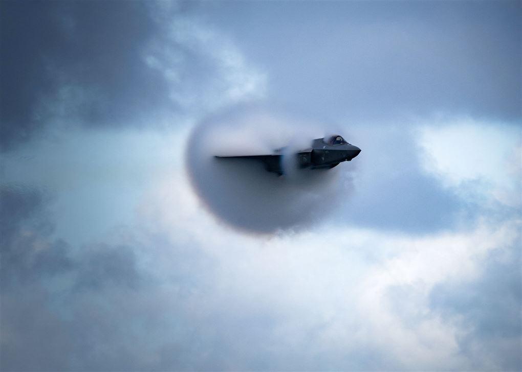Et F-35 bryder lydmuren