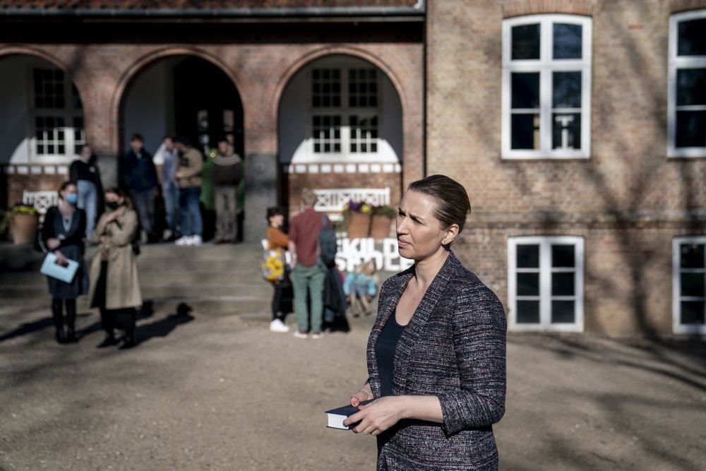 Mette Frederiksen interviewes udendørs