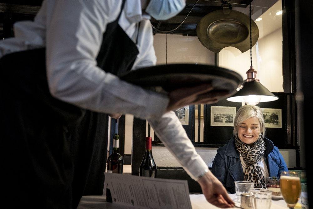 Gæst får serveret mad