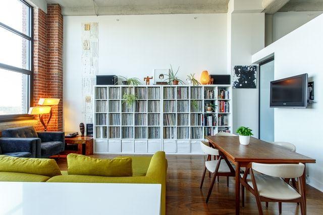 Stue med bogreol og sofa