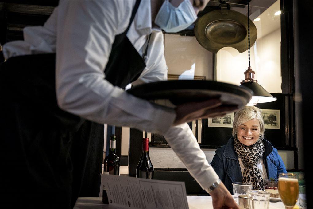 tjener serverer på en restaurant