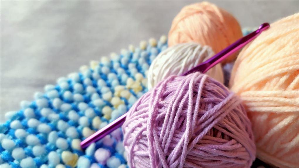 Noget strikketøj, garnnøgler og pinde