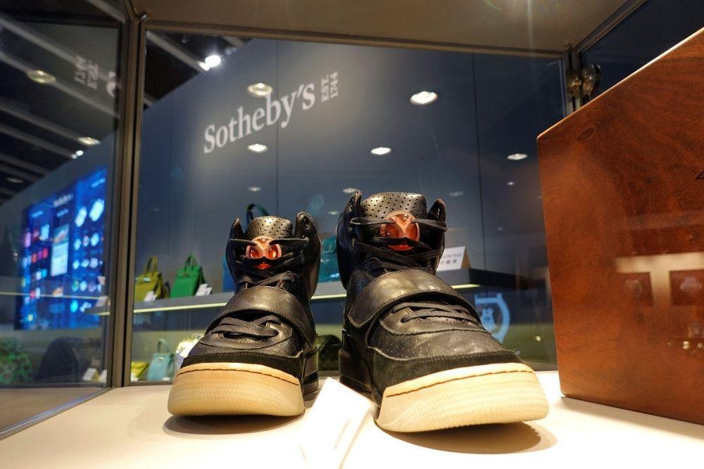 sorte sneakers står på udstilling