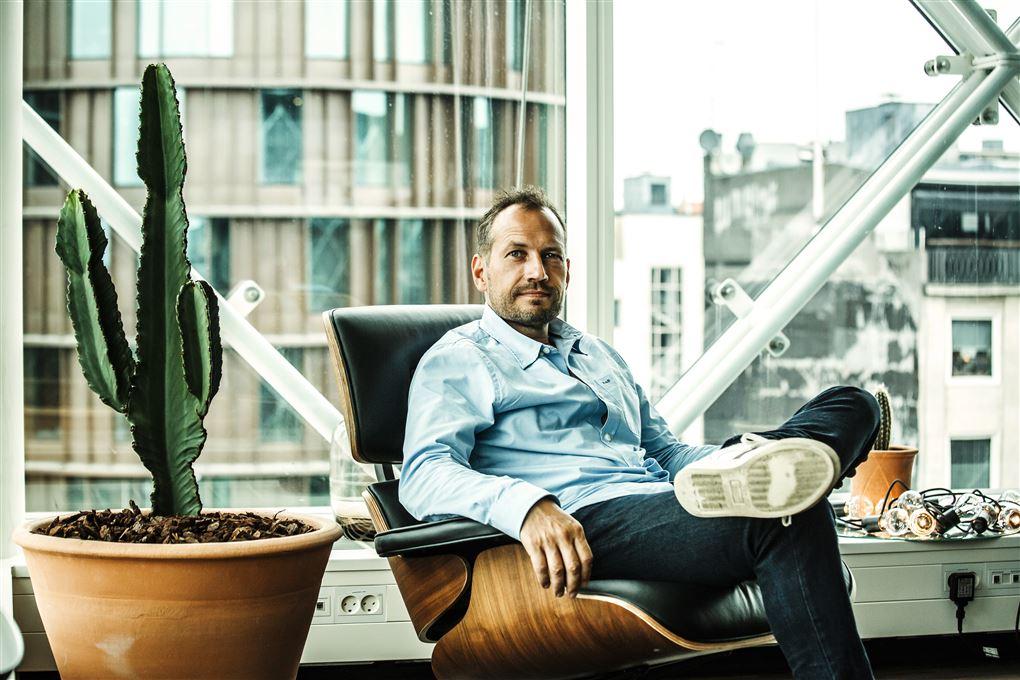 En mand i en Eames-lænestol i et flot kontor