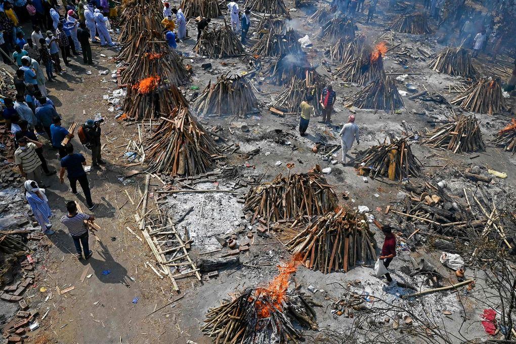 Bål på en gravplads brænder