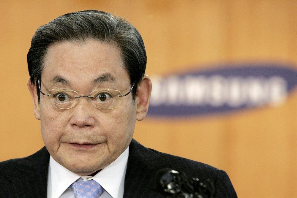 mand med briller står foran samsung-logo