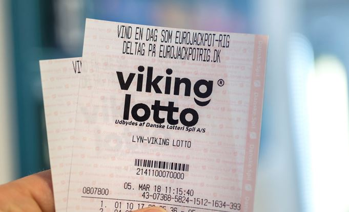 person holder lottokupon fra vikinglotto i hånden