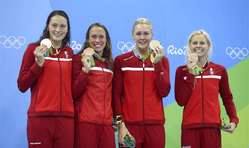 fire danske svømmere viser bronzemedaljer frem