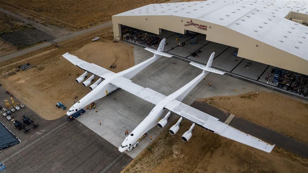 fly med to skrog ruller ud af hangar