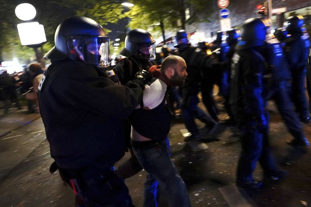 politi anholder en demomnstrant