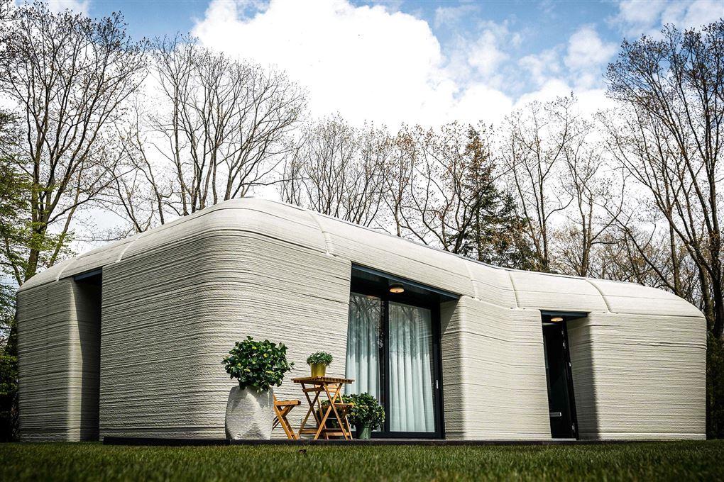 Et gråt betonhus med døre og vinduer.