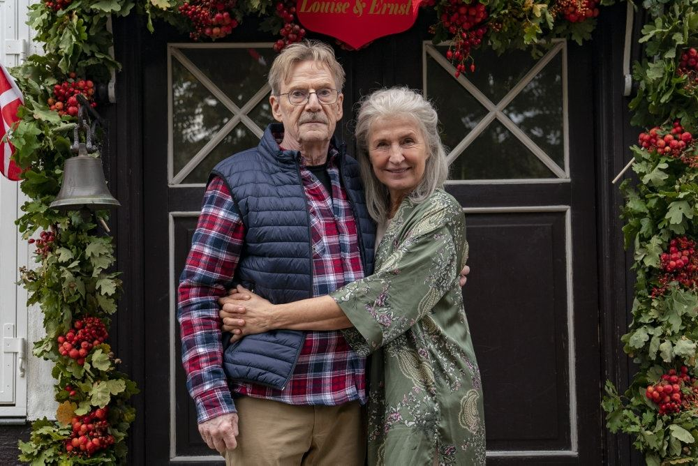 Jesper Christensen og Karen Lise Mynster holder om hinanden