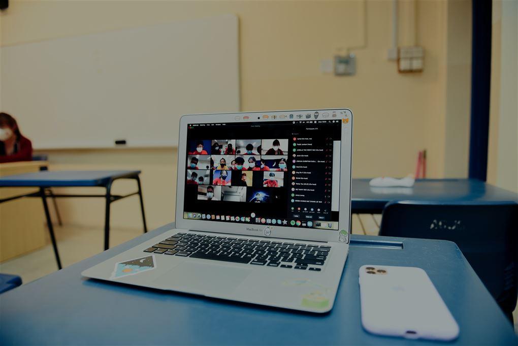En computer med et møde på