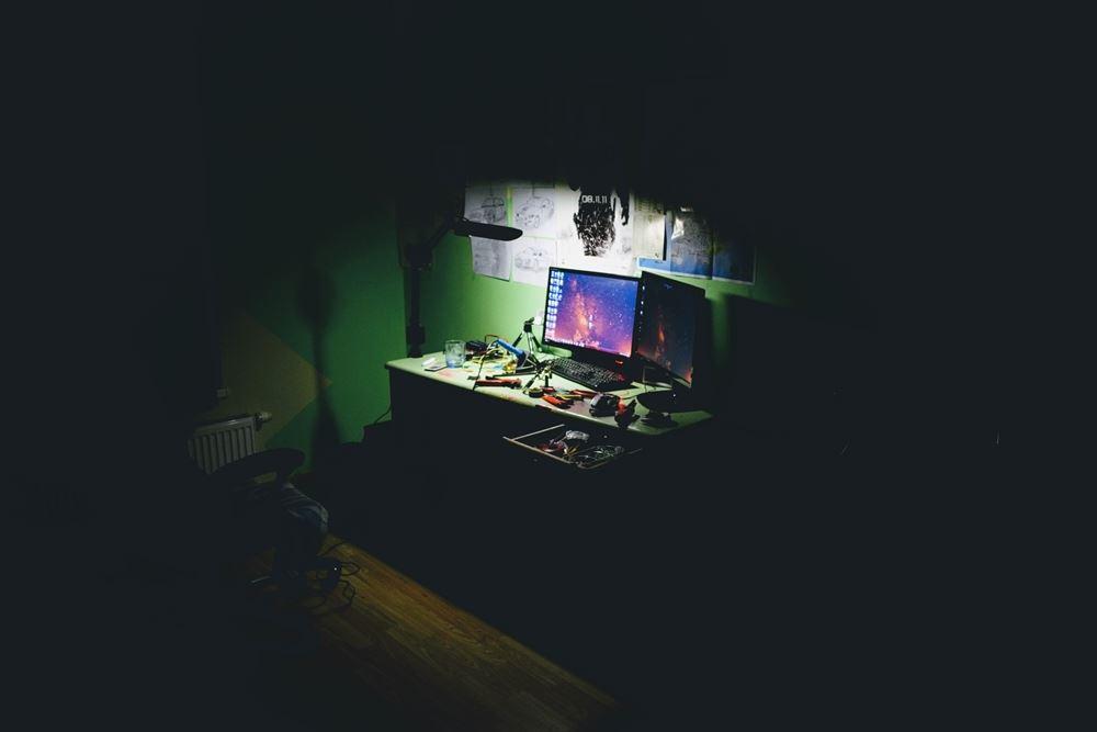 computerskærm i mørkt rum