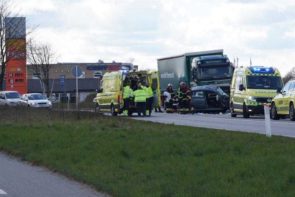 Redningsarbejdere og ambulancer ved ulykkestedet.