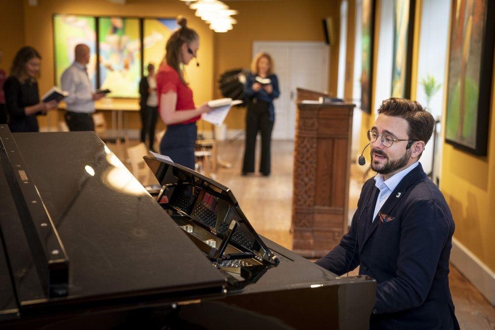 Phillip Faber ved et klaver
