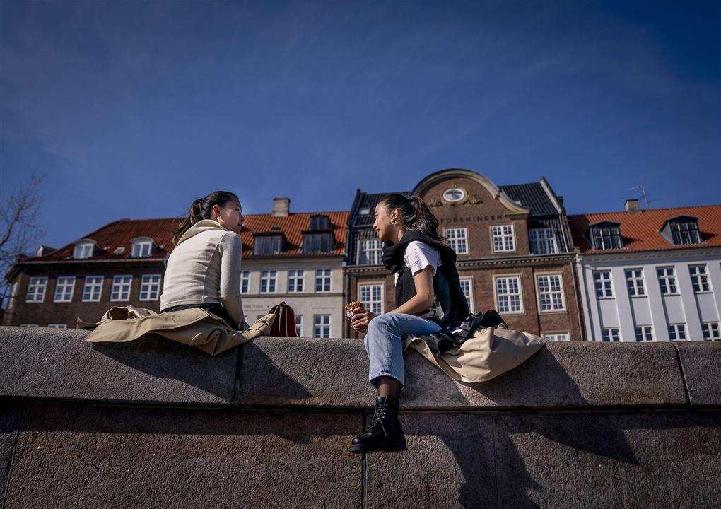to kvinder hygger sig på kajkant