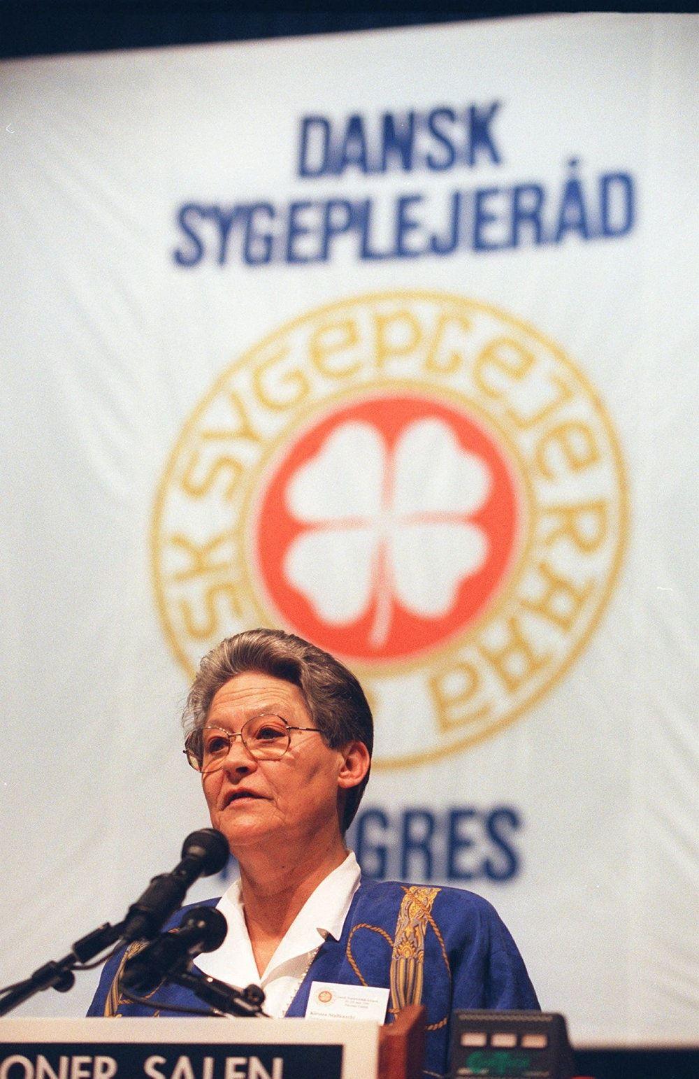 Kirsten Stallknecht står på talerstol ved kongres