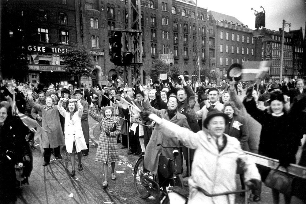 glade danskere på gaden den 4. maj 1945
