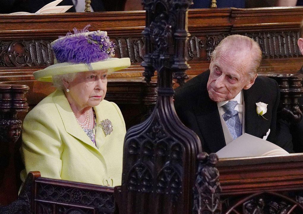 Dronning Elizabeth og prins Philip sidder ved siden af hinanden på en kirkebænk. Han kigger hen mod hende, hun ser lige frem for sig.