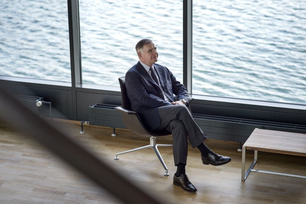 Jan van de Winkel i stol med udsigt til havet.
