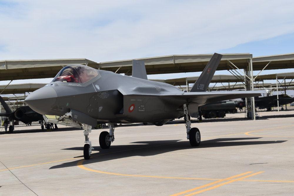 Et F-35 fly på landingsbanen