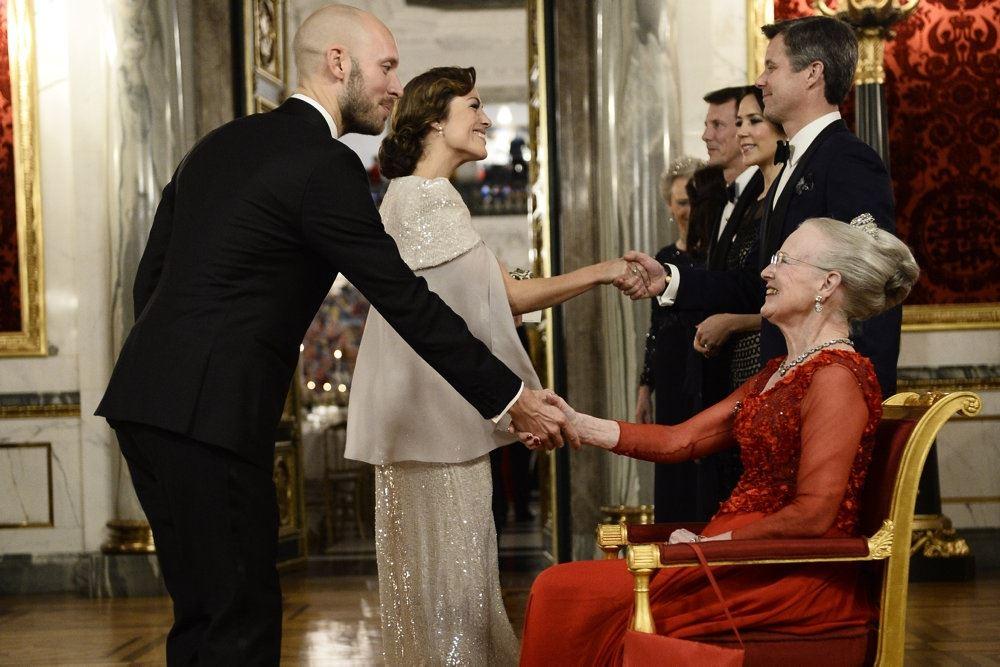 Maria Lucia hilser på dronningen