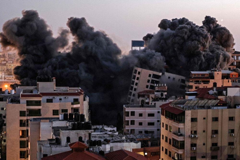 røg stiger til vejrs over by efter luftangreb