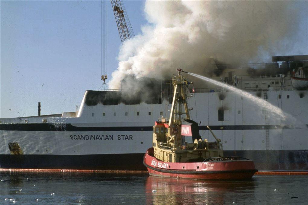 brand på færge forsøges slukket