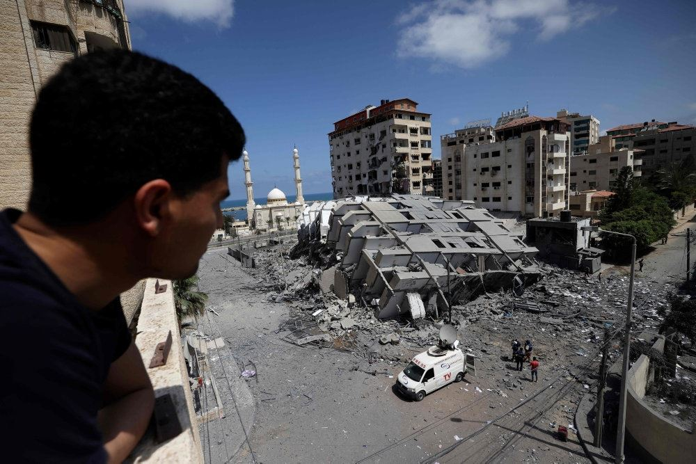 En palæstinensisk mand kigger på en bygning i Gaza City