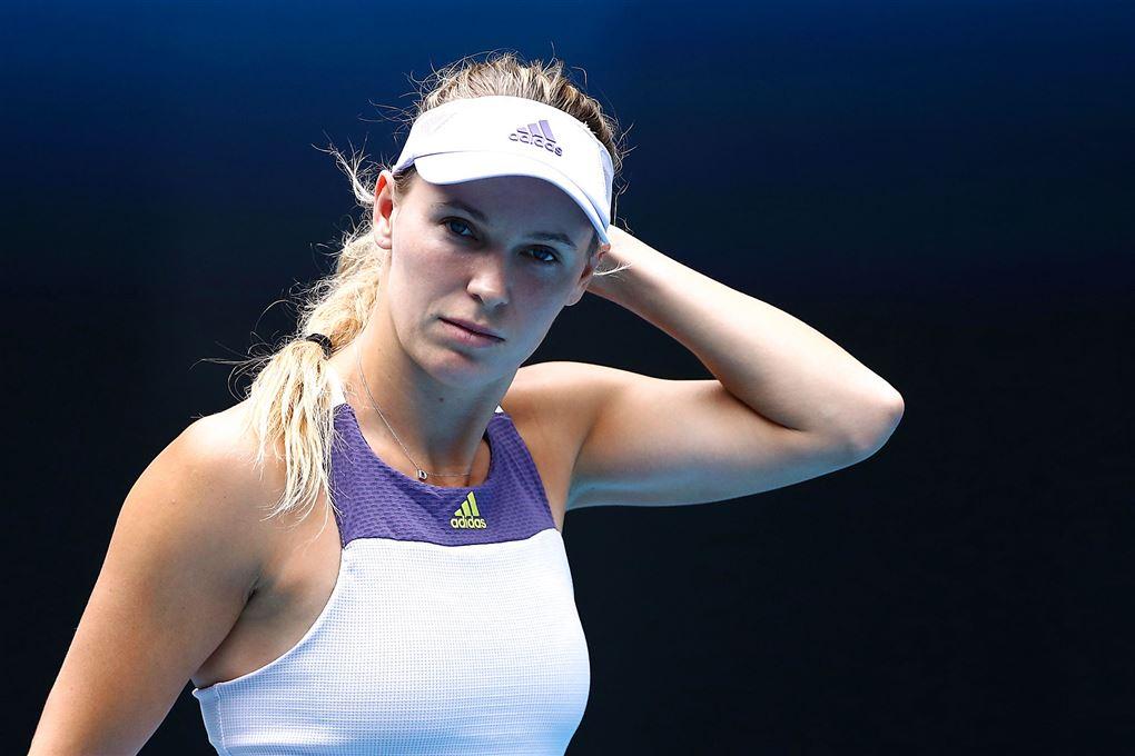 Caroline Wozniacki tager sig til hovedet på tennisbanen