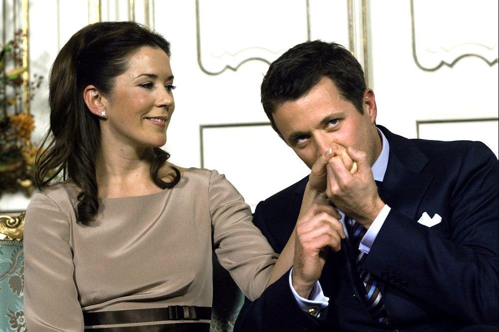 Frede og Mary i en sofa - han kysser hendes hånd