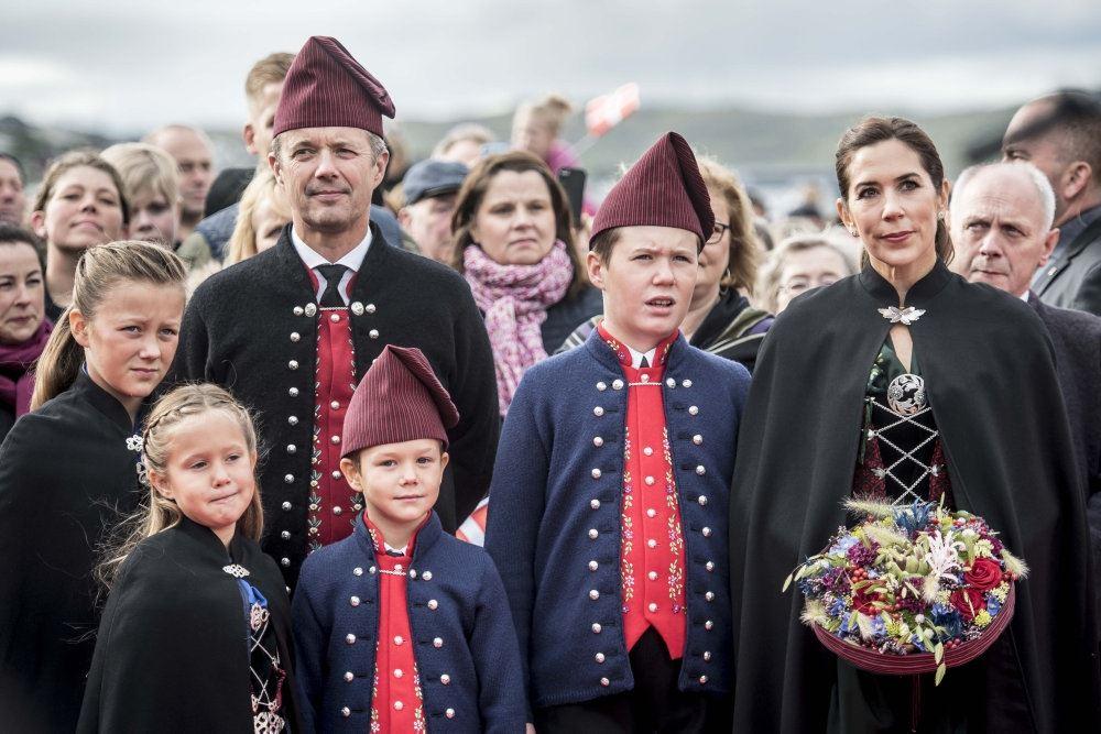 Kronprinsfamilien i færørsk mundering