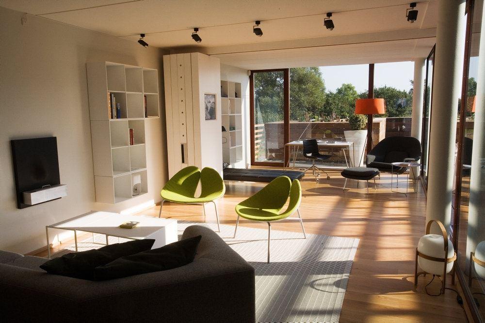 En lys og rummelig stue.