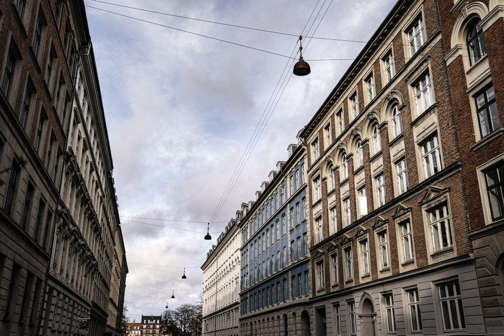 En gade med ejendomme