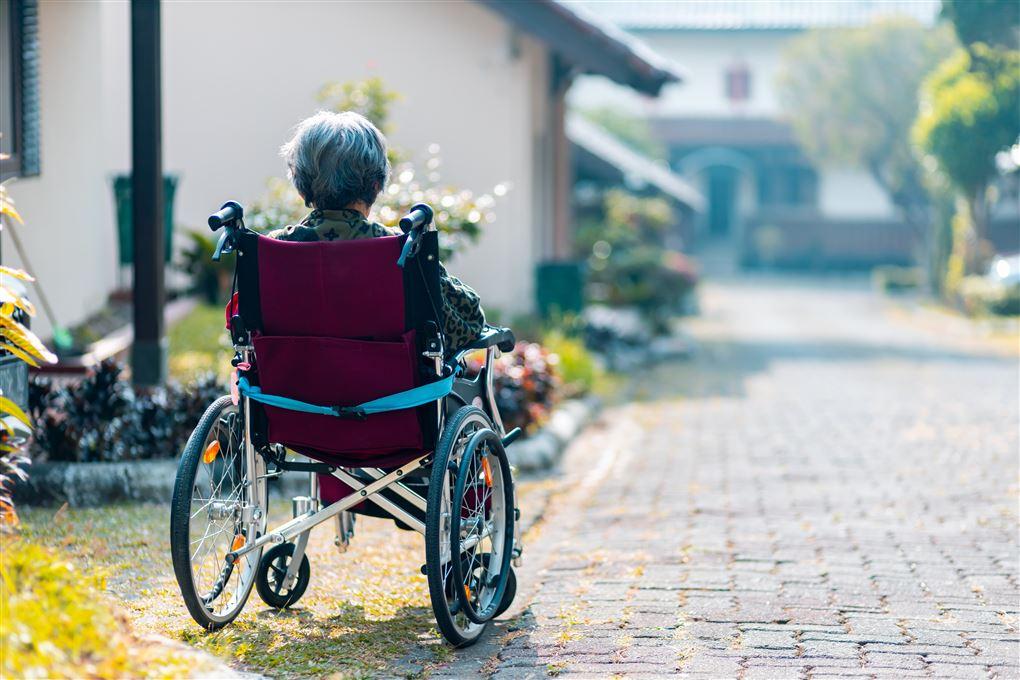 En ensom dame i kørestol