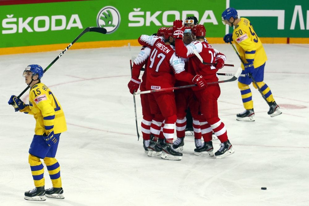 ishockeyspillere jubler på isen