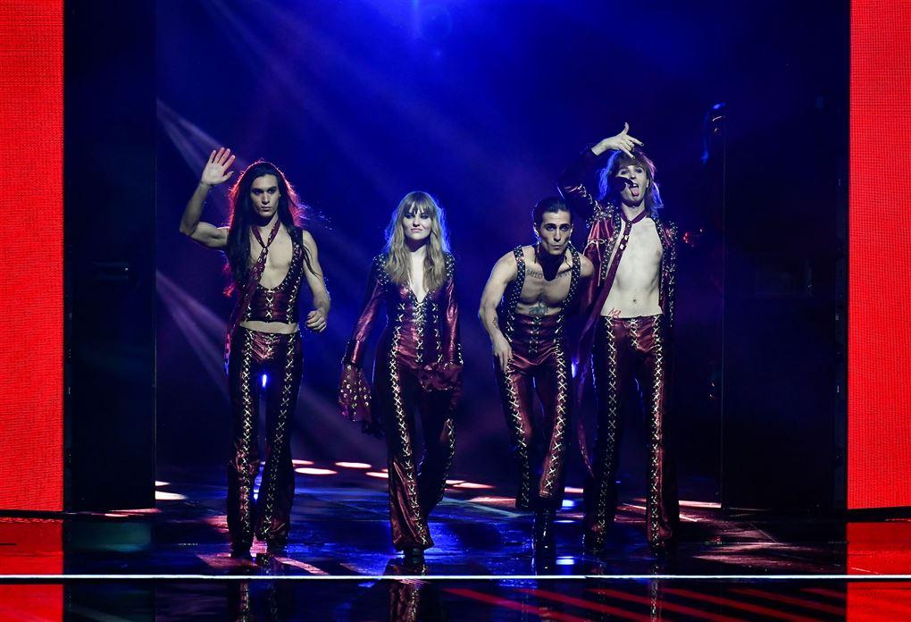Fire bandmedlemmer på scenen