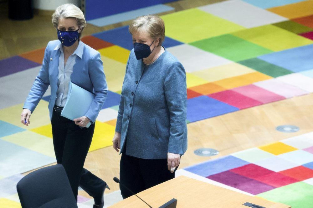 to kvinder går med mundbind på farvet gulv