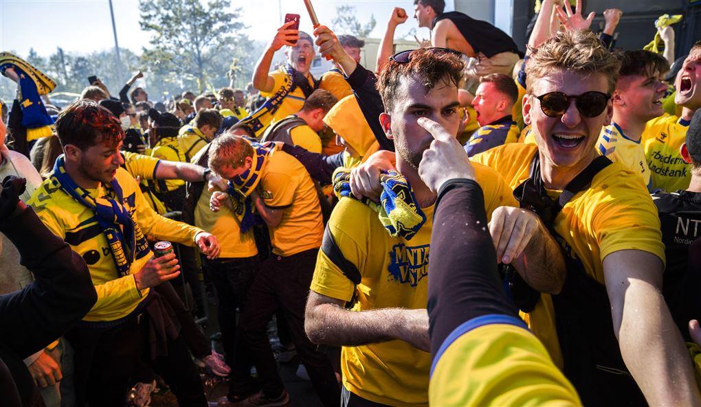 tæt samlede brøndbyfans fejrer mesterskabet