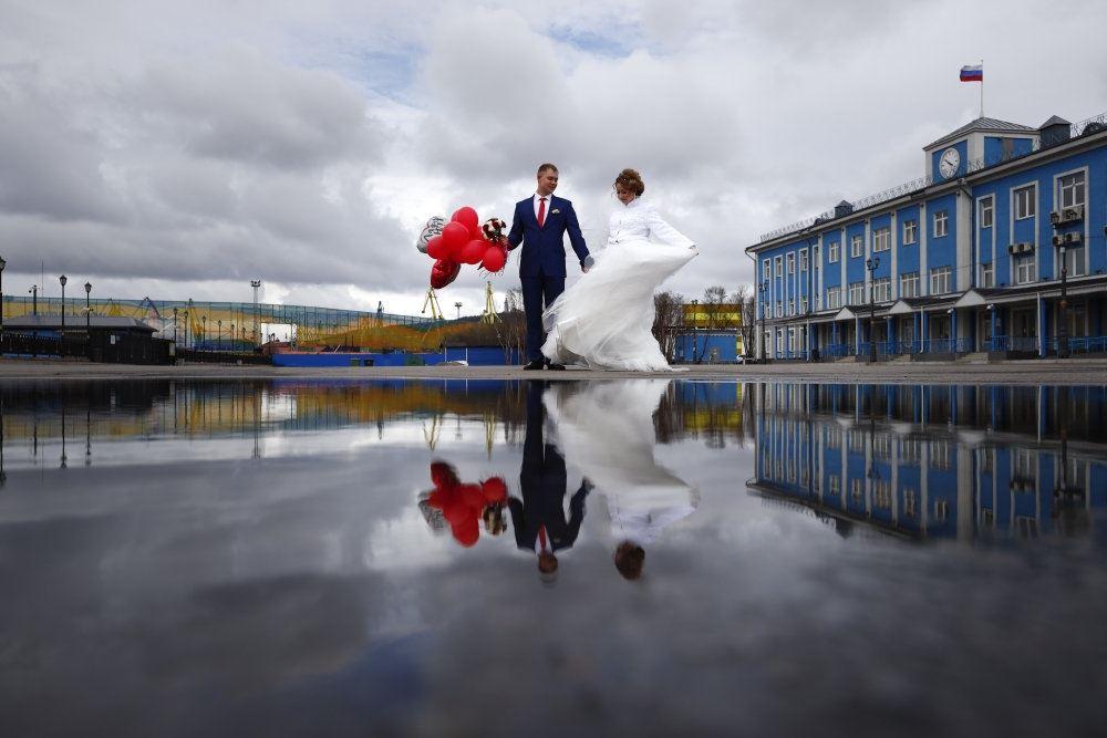 bryllupspar står udenfor